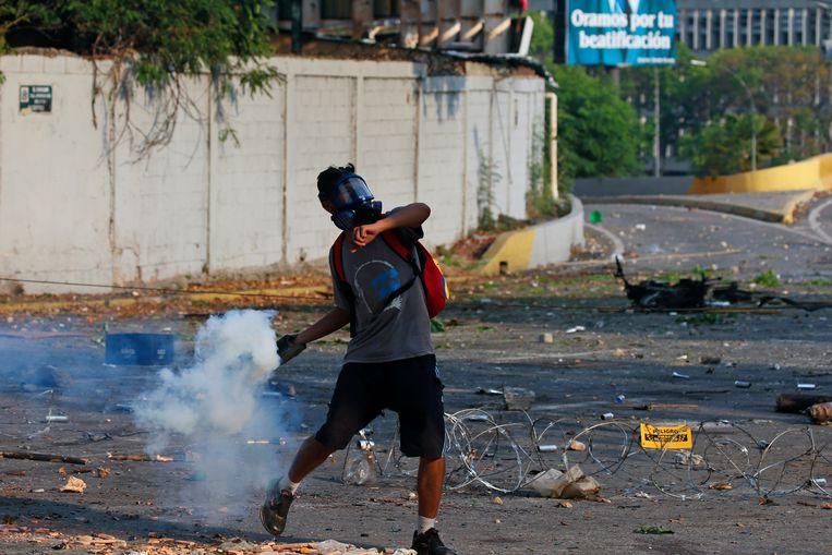 Een aanhanger van Guiado gooit traangas in Caracas.