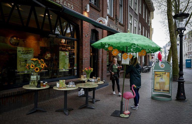 Veel restaurants zijn overgegaan op bezorgen en afhalen, zoals hier bij een lunchroom in Utrecht. Beeld EPA