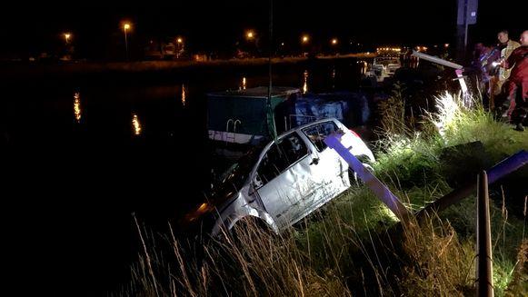 Het wrak is uit het water gehaald langs de Houtkaai in Brugge.