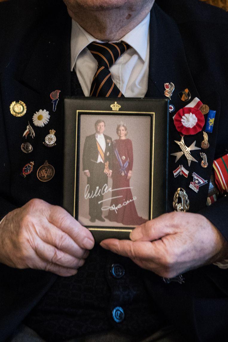 Marian Slowinski (99), veteraan van de Tweede Wereld Oorlog in zijn apartement in Warschau. Het portret staat in zijn slaap/woonkamer op de tafel. Beeld Marlena Waldthausen