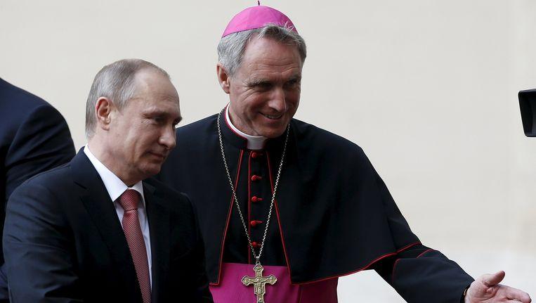 Vladimir Poetin wordt in Vaticaanstad verwelkomd door bisschop Georg Ganswein.