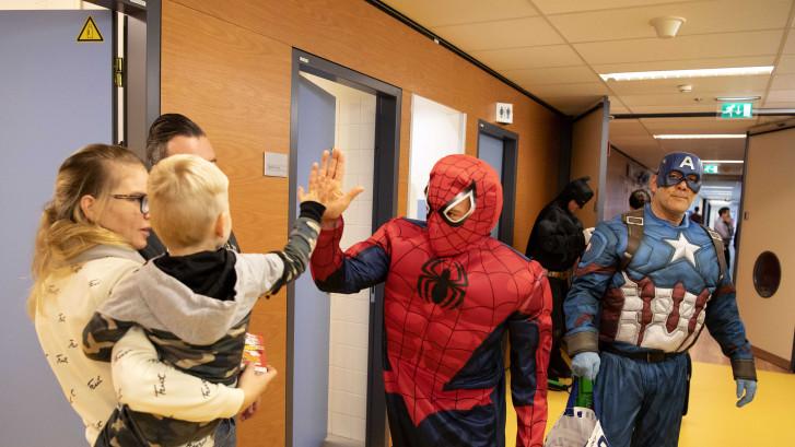 Batman, Spiderman en Captain America wassen de ramen van het WKZ