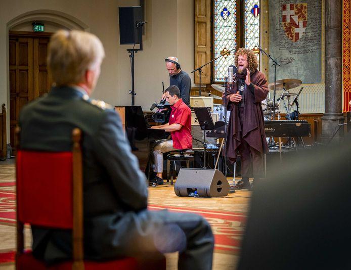 Koning Willem-Alexander luistert naar zanger Marcel Veenendaal van Di-rect tijdens Veteranendag in de Ridderzaal.
