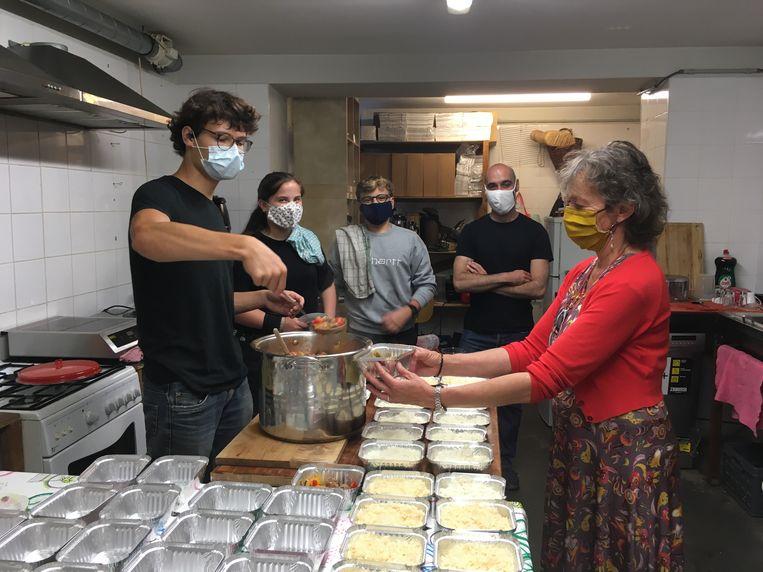 Het vrijwilligersteam van vandaag: Kas aan de kookpot, Annick bij de potjes, met daartussen  Dieuwerke, Jens en Maarten