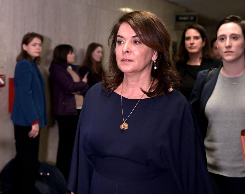 Actrice Annabella Sciorra verlaat het gerechtsgebouw in Manhattan na haar getuigenis tegen filmproducent Harvey Weinstein.