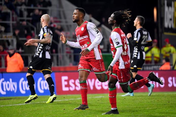 Le Sporting de Charleroi n'est pas parvenu à atteindre les demi-finales de la Coupe de Belgique, un des grands objectifs de sa saison, mardi soir en sortant battu 2-0 du Stade Arc-en-Ciel de Zulte Waregem. Les Carolos ont succombé aux buts de Saido Berahino (48e) et de Cyle Larin (90e+3).