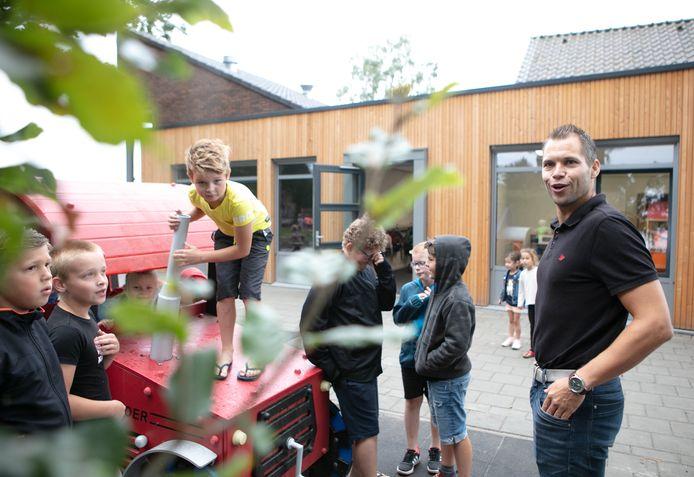 """,,Een nieuwe smoel, een nieuwe start"""", aldus directeur Erwin Beukelman die ontzettend blij is met de nieuwe school in Den Velde.  foto Max de Krijger  editie Vechtdal  20200821"""