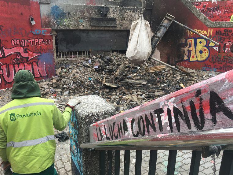 Puinruimen bij in brand gestoken metrostation. Beeld Kees Broere