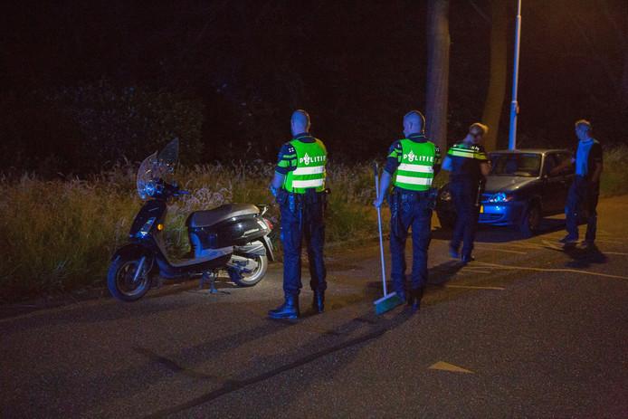 Scooter en auto raakten beschadigd tijdens de aanrijding.