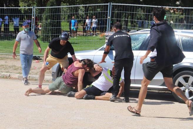 De beveiligingsdienst moest tussenbeide komen om de vechtpartij de beëindigen.