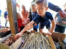Haaksbergse kinderopvang schenkt lesmateriaal aan Grintenbosch