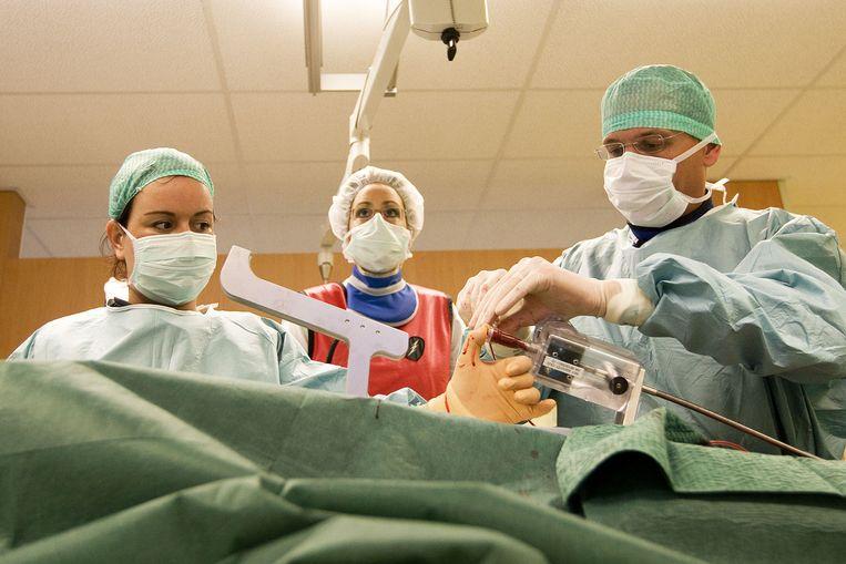 Een cardioloog opereert een patient met een lekkende hartklep in het St. Antonius Ziekenhuis in Nieuwegein Beeld anp