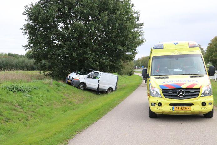 Het voertuig kwam vlak naast een boom tot stilstand.