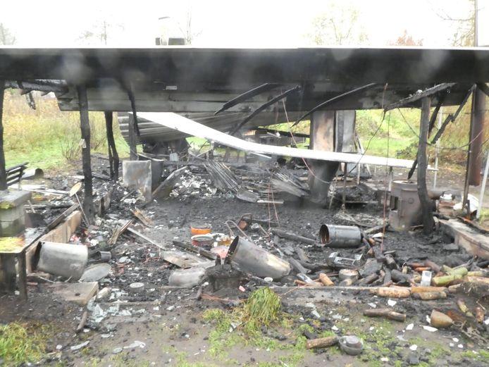 Het gebouw van Tres Jolie na de brand van donderdagnacht.