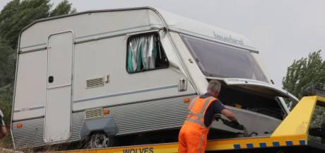 Caravan belandt naast de snelweg bij Deventer