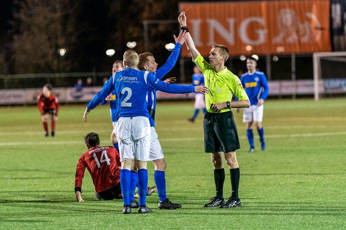 Rood voor Koen Jeurissen van RKHVV nadat hij de doorgebroken Luke Roelofs van SC Bemmel heeft neergehaald.