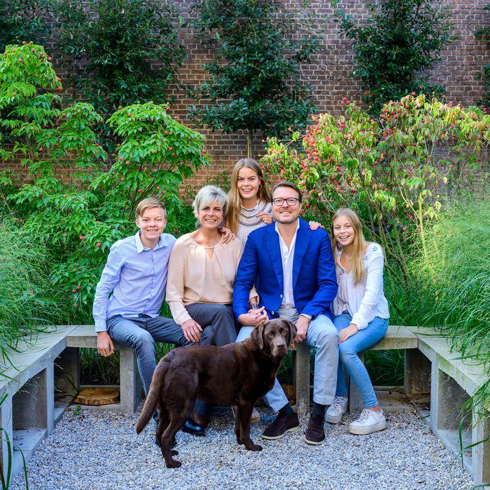 Prins Constantijn en prinses Laurentien met hun kinderen Eloise, Claus Casimir, Leonore en labrador Django.