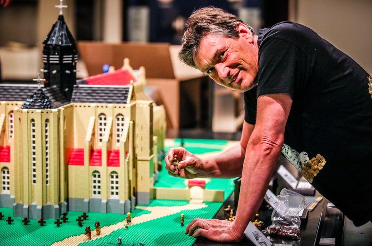 Dirk Denoyelle zet de laatste ventjes bij de maquette van de Duinenabdij.