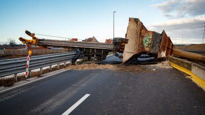 Kraan valt om in Roeselare: rijksweg mogelijk nog tot morgen versperd