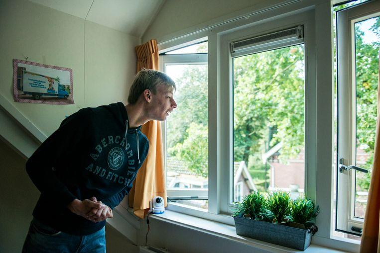 Boris in zijn kamer. Hij houdt ervan eindeloos naar buiten te kijken. Beeld Linelle Deunk