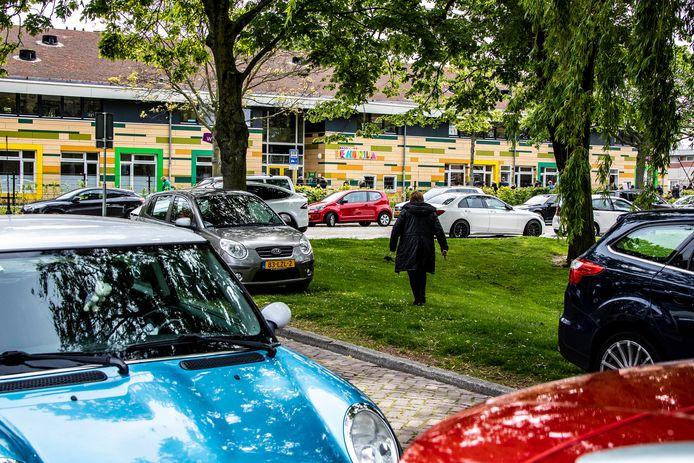 De parkeerdruk is enorm rondom basisschool De Hofvilla in Wateringen.