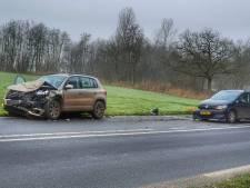 Drie auto's botsen op elkaar in Woudenberg: forse schade