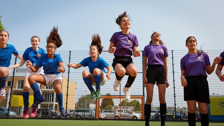 Voetbaltoernooi in Haarlem, mei 2016. Foto uit 'Meidenvoetbal in 14 verhalen'. Beeld Natalia Toret