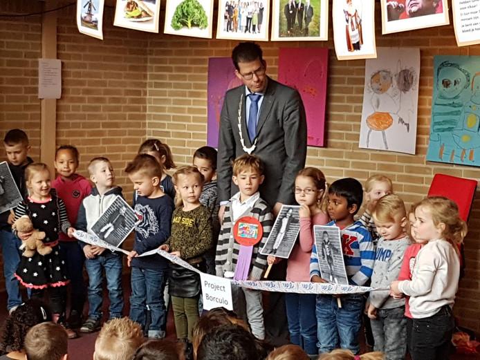 De kinderen van OBS Noord bij de symbolische start van het Borculo-project, met burgemeester Joost van Oostrum in hun midden.