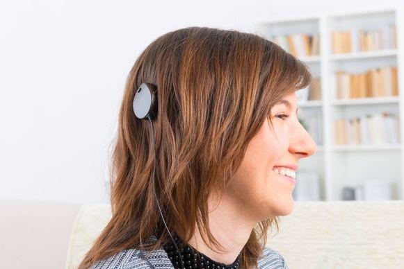 Een vrouw met een cochleair implantaat.