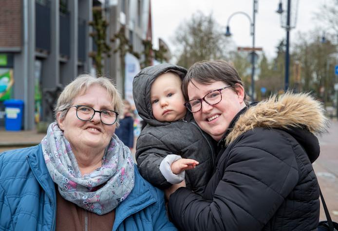 Gerrie Heuvelink met dochter Sabine van Mourik en kleinzoon Djulian.