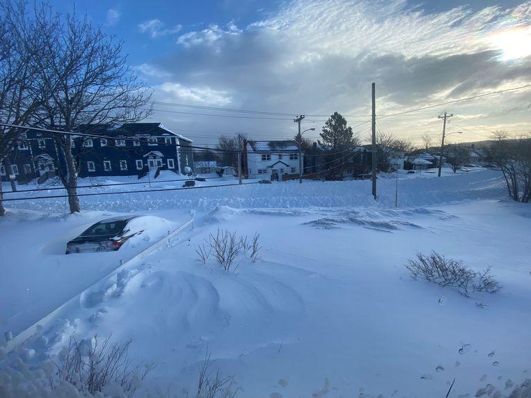 """""""Door die wind ligt de sneeuw hier nu op sommige plaatsen tot wel 4 meter hoog"""", vertelt Daan Goossens."""