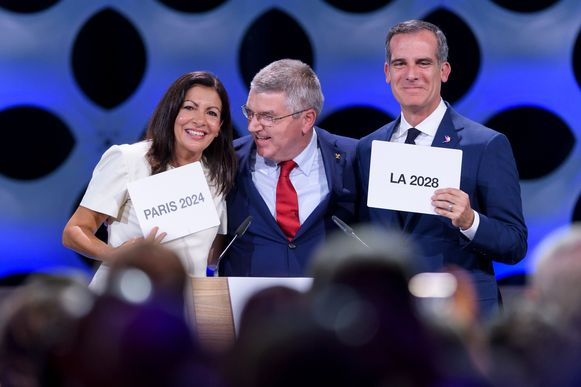 In 2017 bij de toekenning was alles nog koek en ei tussen IOC-voorzitter Thomas Bach en burgemeester Anne Hidalgo. Haar ambtsgenoot Eric Garcetti van Los Angeles kreeg de Spelen van 2028 toegekend.