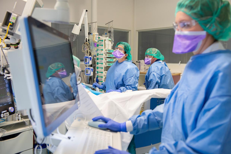 Desiree Burger aan het werk in het Elisabeth TweeSteden Ziekenhuis in Tilburg. Beeld ETZ / Maria van der Heyden