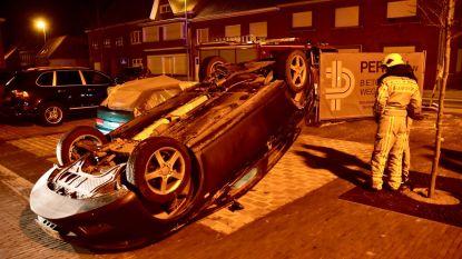 VW Golf crasht tegen gevel