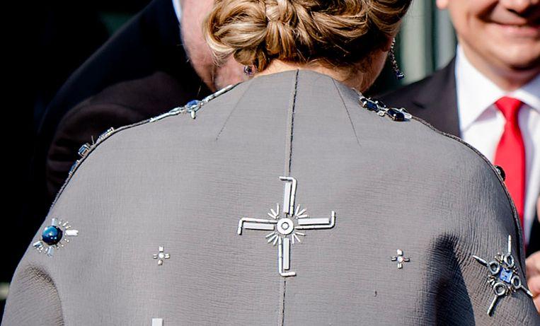 De jas van koningin Maxima tijdens het werkbezoek aan de deelstaat Beieren. Het patroon dat op de jas is aangebracht wordt door veel Duitsers geassocieerd met een hakenkruis. Beeld ANP