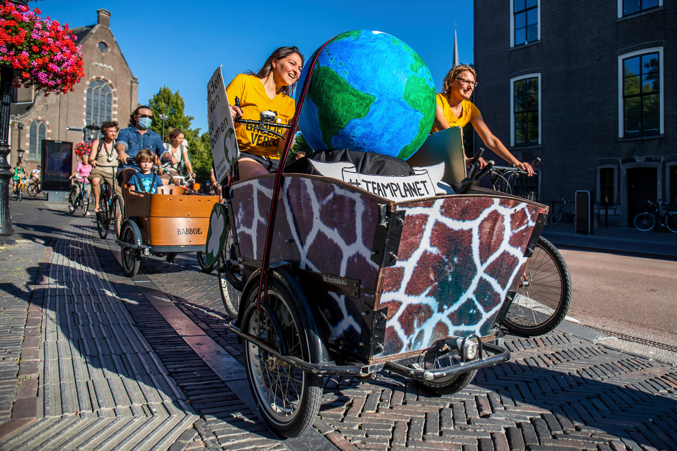Extinction Rebellion fietst voor het klimaat en tegen verbreding van de A27 bij Amelisweerd.