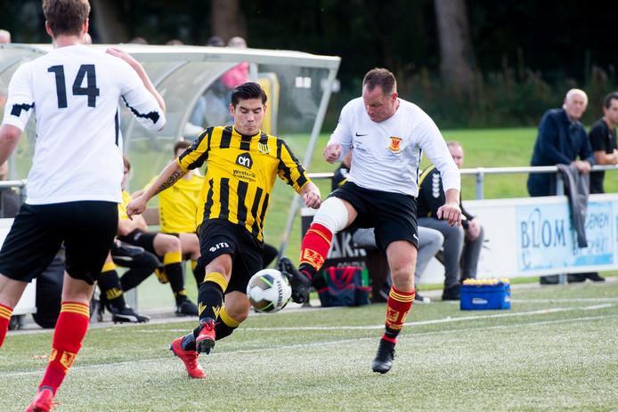 Pascal van Gerrevink en Bery de Jong duelleren om de bal.