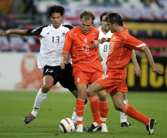 Arjen Robben en Phillip Cocu in actie voor Oranje.
