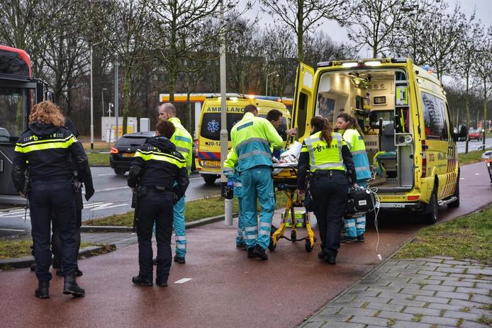 Een gewonde van het ongeluk op de Ettensebaan in Breda wordt in de ambulance gereden.