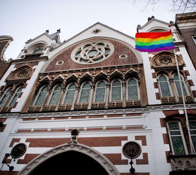 De homovlag werd gehesen op de Keizersgracht in Amsterdam uit protest tegen de Nashville-verklaring. Beeld Olaf Kraak