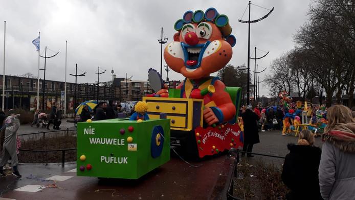 Vanwege het slechte weer kon deze wagen niet met kop meerijden in Puiflijk. Deze maandag in Druten gelukkig.