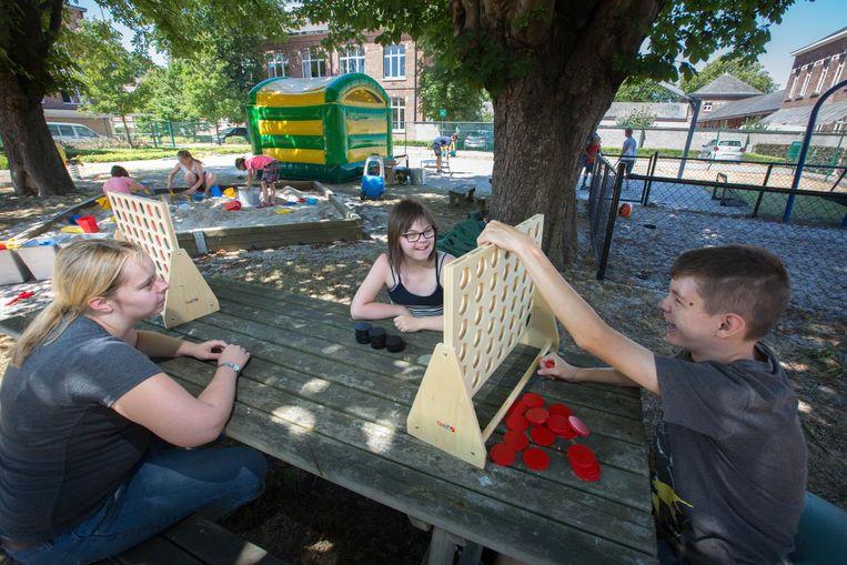 Enkele kinderen spelen vier-op-een-rij in De Boomhut met materiaal uit de speel-o-keet.