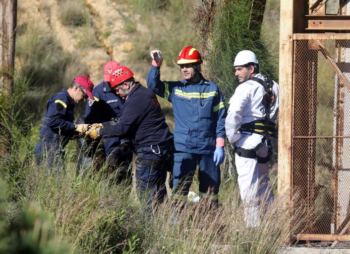 Cypriotische reddingswerkers zoeken bij de Mitsero-mijn naar slachtoffers van de seriemoordenaar.