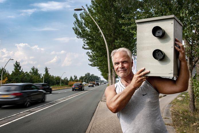 Sjaak Visscher met de nepflitskast langs de Prins Mauritssingel in Nijmegen-Noord.
