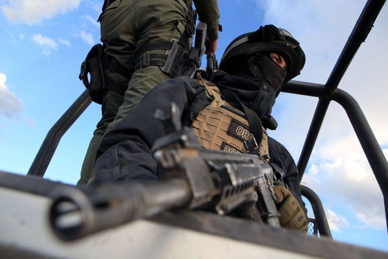 Zwaargewapende Mexicaanse soldaten zoeken naar de daders.