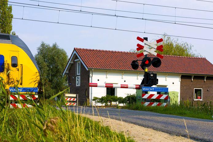 Het opgeknapte spoorhuisje van Hans van den Bogert langs de spoorwegovergang in Bruchem staat leeg.