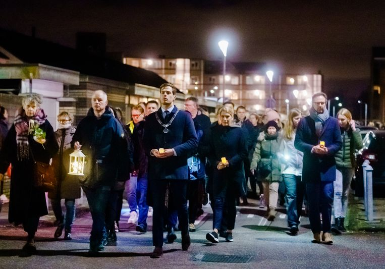 Honderden mensen deden mee aan een lichtjestocht door de stad. Beeld ANP