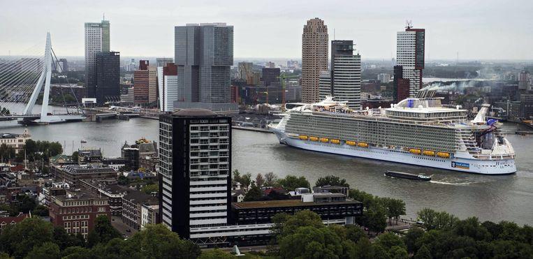 De 'Harmony of the Seas', een van de grootste cruiseschepen ter wereld, vaart  Rotterdam binnen.   Beeld EPA, Lex van Lieshout