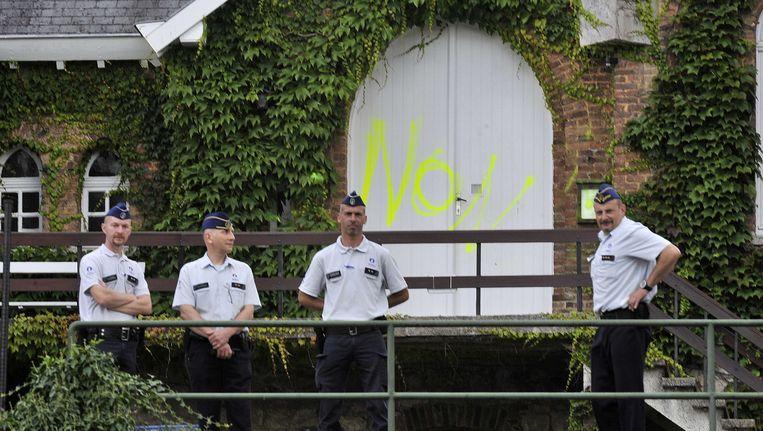 Politie houdt de wacht voor het klooster van de Arme Klaren in Malonne. Beeld AFP