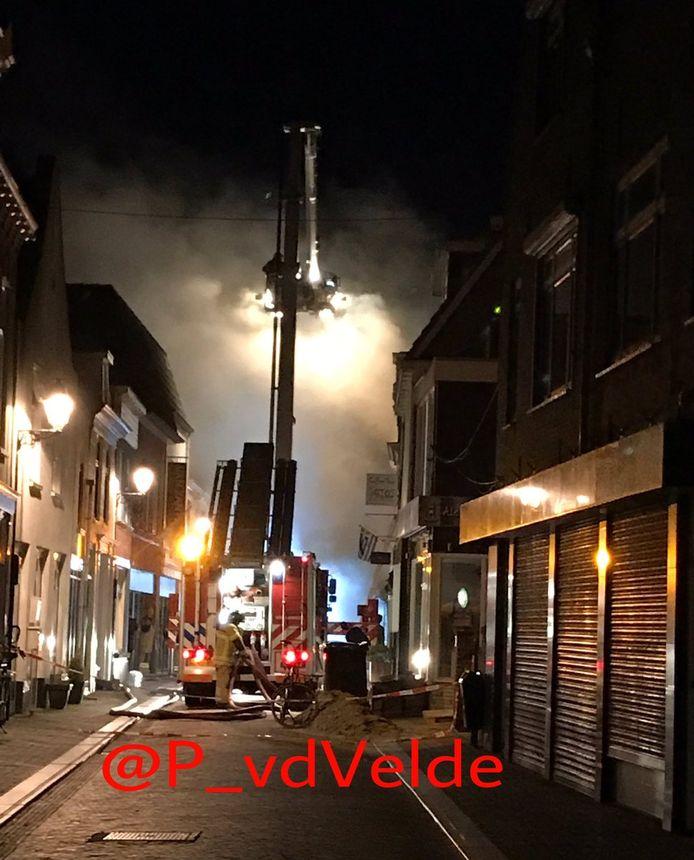 De brandweer zette vooral in om overslag naar andere panden te voorkomen.